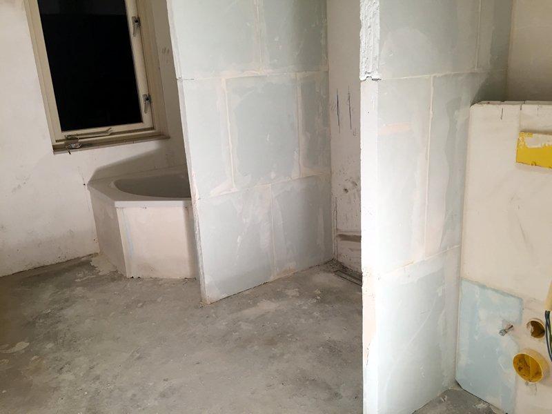 Muurtje zetten badkamer - Badkamer betegelde vloer ...